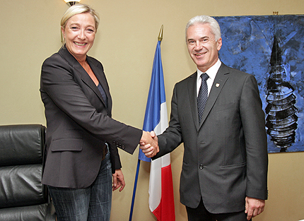 Marine Le Pen (left) of the Front National won the European elections in France. Here she is depicted together with the Bulgarian far right politician Volen Siderov of Ataka, who fell out of the European parliament. (Photo: HomoByzantius, WikiCommons, under Creative Commons).